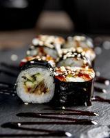 sushi en broodjes met saus op tafel foto