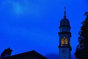 blauwe nachtelijke hemel met klokkentoren foto