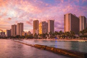 skyline van honolulu op waikiki beach hawaii ons foto