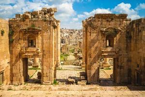 propylaeum van het heiligdom van artemis in jerash in jordan foto