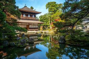 tempel van het zilveren paviljoen in kyoto japan foto