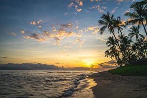 landschap op het strand van kaanapali op het eiland maui, hawaii, us foto