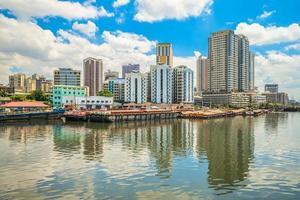 skyline van manilla door pasig rivier in de filipijnen foto
