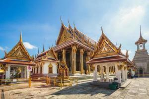 wat phra kaew in het grote paleis in bangkok, thailand foto