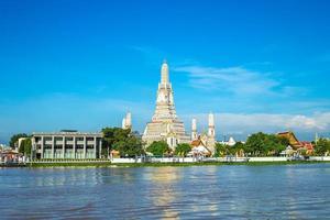 wat arun door chao phraya-rivier in bangkok, thailand foto