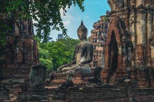 prang en boeddhabeeld in wat mahathat in ayutthaya, thailand foto