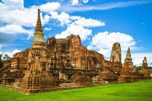 de ruïnes van wat mahathat in ayutthaya in thailand foto