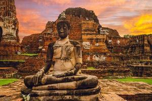 boeddhabeeld bij wat mahathat in ayutthaya, thailand foto