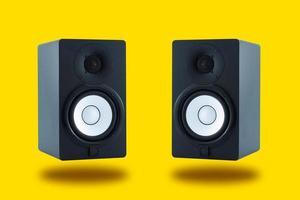 paar professionele monitorluidsprekers van hoge kwaliteit voor geluidsopname foto