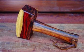 hamer hamer hout gemaakt van palissander en gereedschap handgemaakt van thailand voor gebruik door een timmerman in de werkplaats op de oude werkbank foto