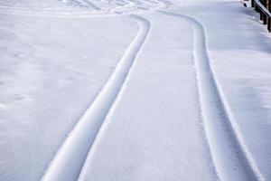 sporen in de sneeuw foto