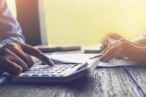 makelaar in onroerend goed of bankfunctionaris beschrijft de leningrente aan de klant foto