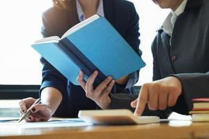 bedrijfsadviseurs die notebook gebruiken foto