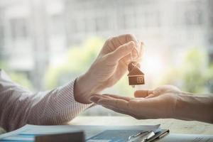 makelaars stemmen ermee in een huis te kopen en sleutels aan klanten te geven foto
