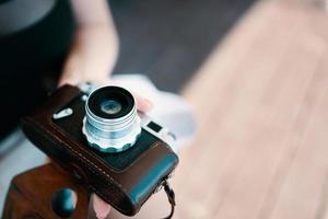 oude camera in de hand foto