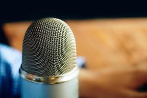 podcaststudio voor professionele spreker met microfoon foto