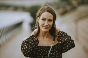 jonge langharige brunette vrouw die op de rivier loopt foto