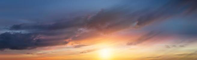 vloeiende wolken mooi met zonsopgang foto