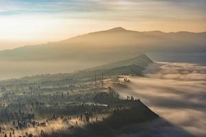 rand van de bromo caldera in de mist foto