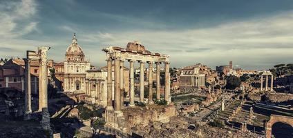 het romeinse forum in rome bij zonsondergang foto