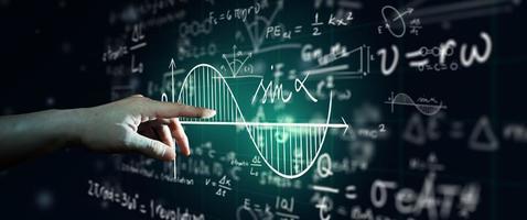 hand op wetenschap formule en wiskundige vergelijking abstract zwart bord achtergrond wiskunde of scheikunde onderwijs kunstmatige intelligentie concept foto