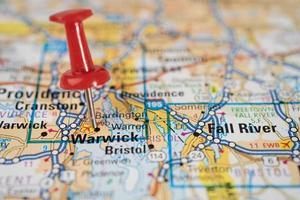 bangkok thailand 1 juni 2020 warwick rhode island wegenkaart met rode punaise stad in de verenigde staten van amerika vs foto
