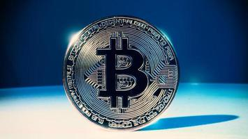 cryptocurrency bitcoin en beursgrafiekbalk foto