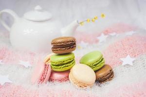 heerlijke macarons met een kopje thee in een theepot foto