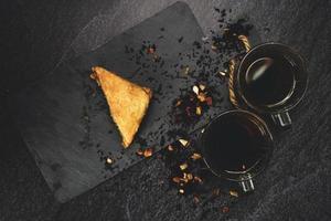 Turkse baklava met biologische zwarte thee foto