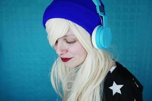 mooie blonde vrouw die naar muziek luistert foto
