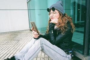 jonge influencer-vrouw die haar smartphone gebruikt foto