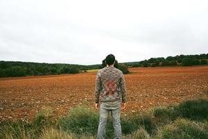 jonge man alleen en verdrietig van aard foto