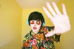coole androgyne dj-vrouw in levendige kleuren foto