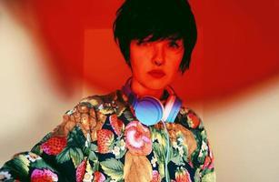 vrouwelijke dj met een retro-stijl foto
