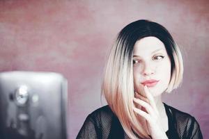 mooie en coole vrouw met ombre kapsel foto