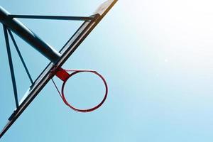 straat basketbal hoepel en blauwe hemel foto