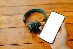 mobiele telefoon en draadloze hoofdtelefoons. foto