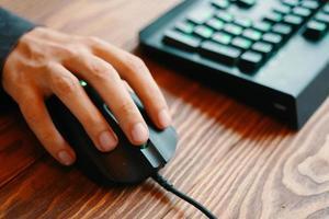 gamer gebruikt gamingmuis en -toetsenbord tijdens het spelen van games foto