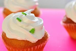 cupcakes met slagroom topping foto