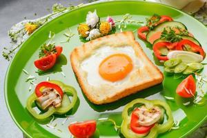 ei in toast brood gebakken in de vorm van een bloem met verse groenten foto