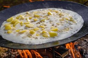 aardappel op ploegschijfkoker. aardappelen op schijfgrill. foto