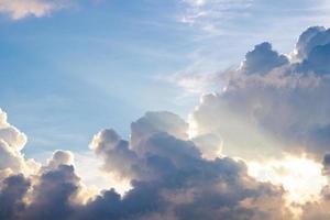 donkere bewolkte hemel schemering op regenseizoen foto