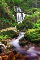 de waterval van de rivier eenna ontspringt in valle taleggio brembana foto