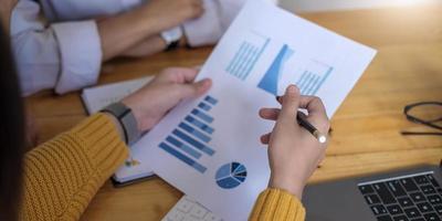 close-up van zakenmensen die bijeenkomen om de situatie in de markt te bespreken, zakelijk financieel concept foto