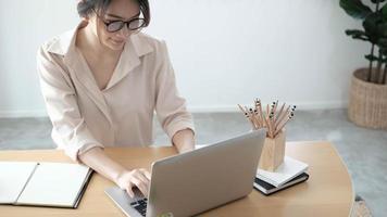 gerichte vrouwelijke journalist freelancer die online op laptop werkt, thuis aan een bureau zit, naar het scherm kijkt, typt, serieuze jonge vrouw schrijft blog of chat met vrienden in sociaal netwerk foto