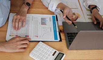 close-up van zakenmensen die bijeenkomen om de situatie op de markt te bespreken. zakelijk financieel concept foto