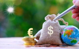 aarde en munten op houten tafel en geld besparen en bedrijfsgroeiconcept foto