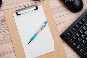toetsenbord op houten tafel achtergrond en bovenaanzicht werkruimte foto