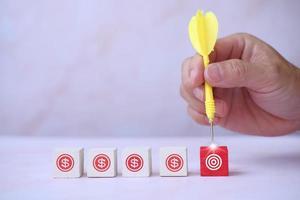 houten kubusblokken met bedrijfspictogrammen en bedrijfsconcept voor het proces van het groeisucces foto