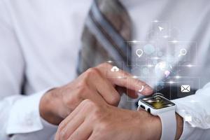 zakenman met behulp van smartwatch en virtueel scherm en internetgegevens en -technologie in het toekomstige concept foto
